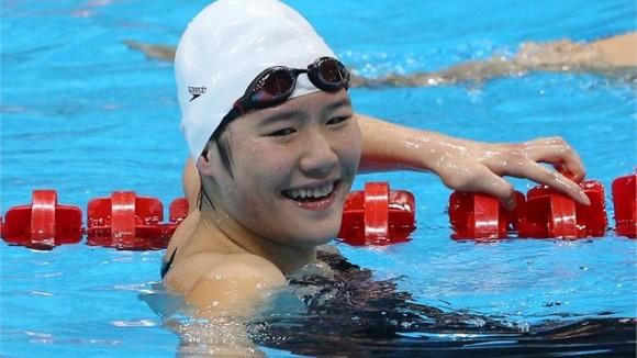 Ye Shiwen de China celebre su triunfo y récord mundial en l0s 400 metros combinados individual femenino