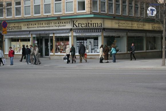Lugar del asesinato de Olof Palme, en el cruce de las calles Sveavägen y Tunnelgatan, en Estocolmo.1 El sitio exacto es en el que están paradas las tres chicas, justo en el cruce. El asesino huyó por Tunnelgatan, a la derecha de la imagen.