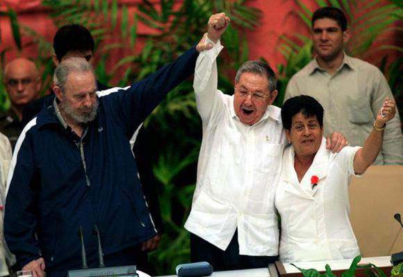 Fidel y Raúl junto a Nemesia, en la clausura del Congreso del PCC. Foto: Ismael francisco/Cubadebate.