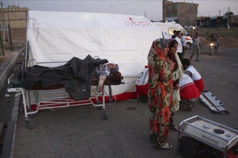 Una mujer herida es atendida por la Media Luna roja en la ciudad iraní de Varzagam. FOTO: EFE