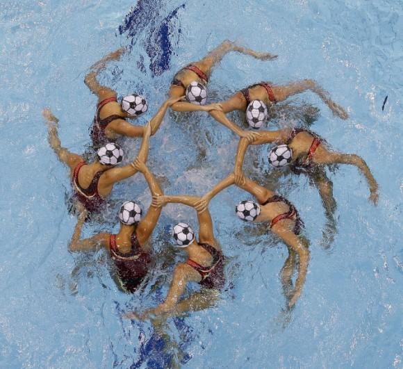 Las chicas de Canadá realizan su coreografía en la prueba de natación sincronizada. Foto: TIM DONNELLY (AP PHOTO)
