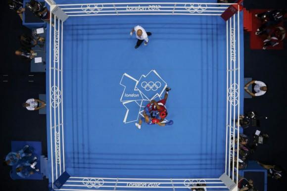 El estadounidense Jamel Herring (rojo) se enfrenta a Daniyar Yeleussinov de Kazajistán durante el torneo de boxeo de -64 kg. Foto: MURAD SEZER (REUTERS)