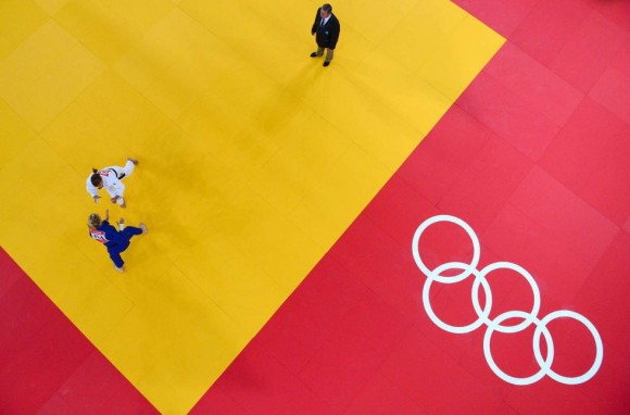 La francesa Automne Pavia (azul) compite contra la húngara Hedvig Karakas (blanco) en la competición femenina de yudo de -57kg. Foto: ANTONIN THUILLIER (AFP)