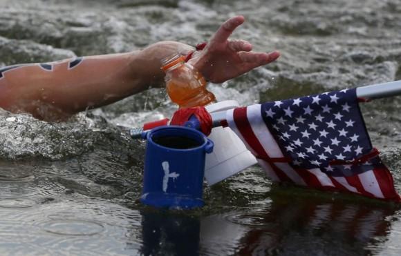 La estadounidense Haley Anderson coge una bebida durante los 10 kilómetros de la maratón. Foto: STEFAN WERMUTH (REUTERS)