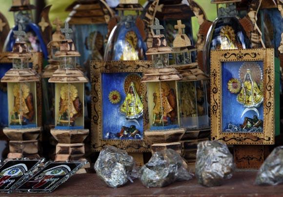 Gran cantidad de vendedores nos dan la bienvenida al llegar al Santuario. Foto: Ladyrene Pérez/Cubadebate.