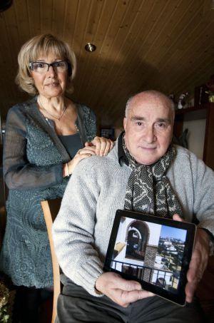Eulogio y Felisa muestran una imagen del apartamento que van a ceder. Foto: Consuelo Bautista.