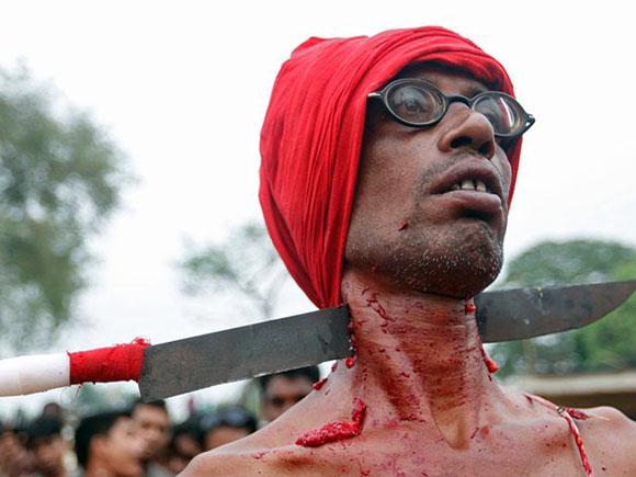 India: Como parte del ritual Chadak en honor de Shiva, un cuchillo atraviesa el cuello del devoto. Foto: REUTERS/RUPAK DE CHOWDHURI.