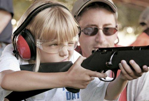 Kyra Frank, 6 años, de Rockford, Illinois, dispara un rifle en el Festival Deportes Juventud de la NRA. Beloit Rifle Club.