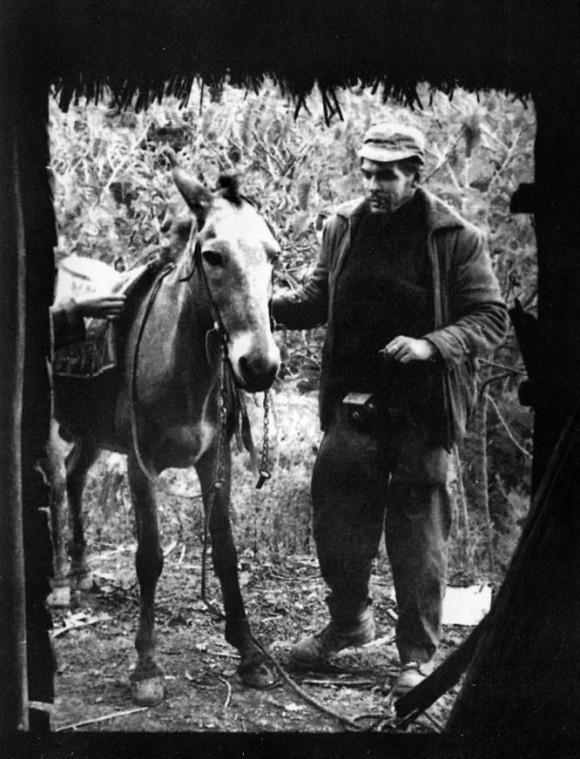 Ernesto Che Guevara llega a lomo de mulo al encuentro de Fidel (1957). Foto: Enrique Meneses.