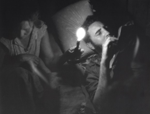 """Meneses presumía siempre de buen pulso y de no necesitar el flash. """"En un bohío, Fidel redacta un mensaje a la luz de una vela. El tiempo de exposición fue de 60 segundos, sin flash"""". Foto: Enrique Meneses."""