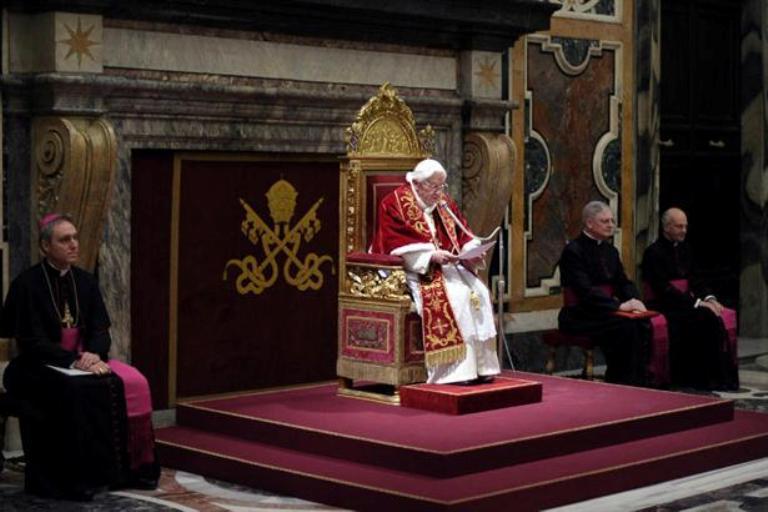 En varios idiomas Benedicto XVI dijo adiós. Foto AP