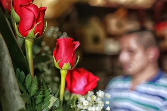 Un hombre trabaja en la elaboración de ramos florales en Tegucigalpa, Honduras. Foto: Gustavo Amador / EFE