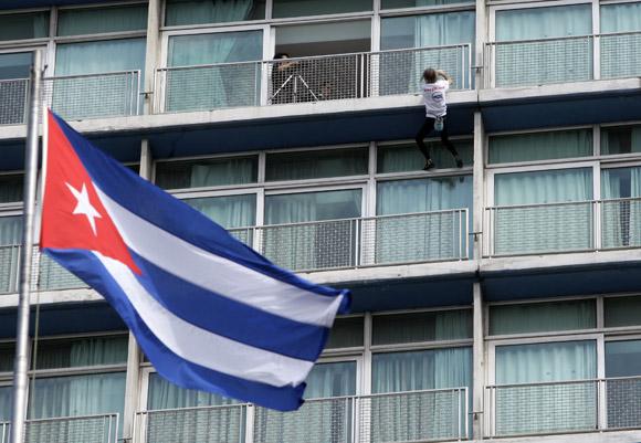 Alain Robert escala el Hotel Habana Libre. Foto: Ladyrene Pérez/Cubadebate.