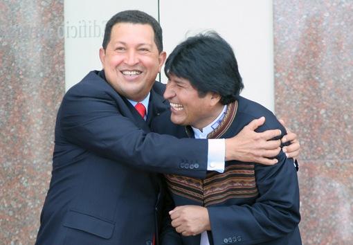 18 de diciembre de 2007. El presidente venezolano abraza a su homólogo boliviano, Evo Morales, durante la XXXIV Cumbre del Mercosur en Montevideo. © AFP Pablo Porciuncula