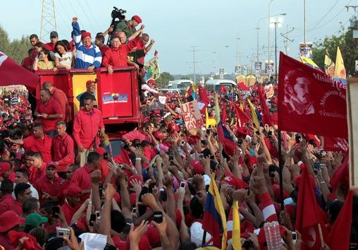 21 de julio de 2012. Hugo Chávez saluda a sus partidarios durante un acto de campaña electoral para las presidenciales del 7 de octubre, en las que fue reelegido. © AFP
