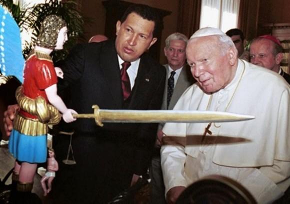 12 de octubre de 2001. El presidente de Venezuela le entrega un obsequio al Papa Juan Pablo II tras culminar la audiencia que mantuvieron en privado en el Vaticano. © AFP Presidencia