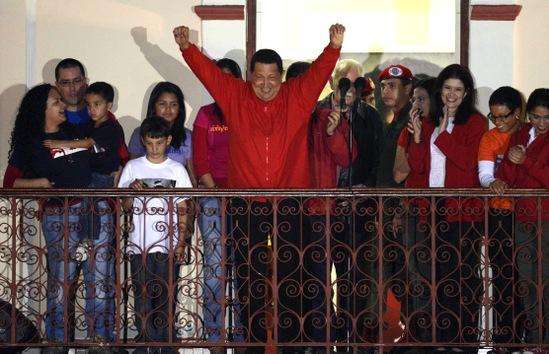 7 de octubre de 2012. Hugo Chávez saluda a sus partidarios tras recibir la noticia de su reelección con el 54,42% de los votos, derrotando así al principal candidato opositor, Henrique Capriles, que obtuvo el 44,47%. © AFP Juan Barreto