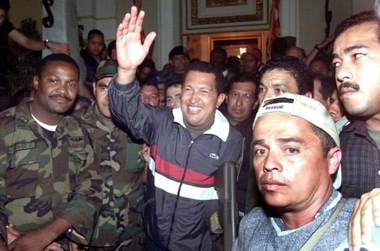 14 de abril de 2002. Hugo Chávez regresa al palacio presidencial para reasumir la presidencia tras ser expulsado del país. El 11 de abril de 2002, en medio de protestas en contra del sistema socialista, su puesto fue ocupado por Pedro Carmona Estanga, titular de Fedecámaras, el principal gremio empresarial de Venezuela. © AFP Rodrigo Arangua