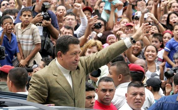 15 de agosto de 2004. Chávez celebra la victoria del referendo revocatorio de su mandato con un 59% de los votos. © AFP Luis Acosta