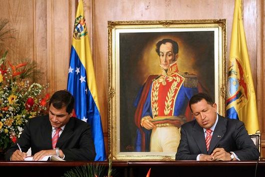 21 de diciembre de 2006. Hugo Chávez firma acuerdos bilaterales con el presidente electo de Ecuador, Rafael Correa, en el palacio presidencial de Miraflores, en Caracas. © AFP Presidencia