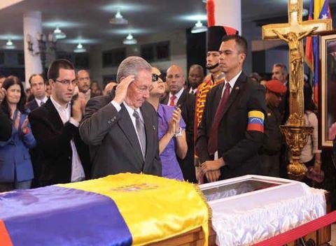 Raul rinde homenaje Chávez