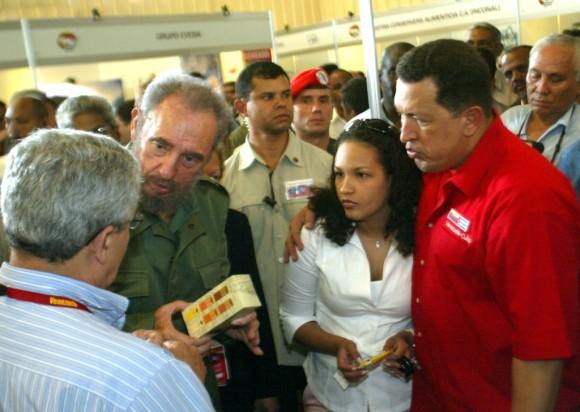 Recorrido de Fidel y Chávez por Expocuba en ocasión de la primera reunión Cuba - Venezuela para la aplicación de la Alternativa Bolivariana para las Américas 28 de abril de 2005. Foto: estudios Revolución/Archivo de Cubadebate