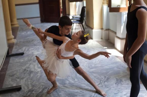 Estudiantes de ballet practican, antes de una clase en la Escuela Nacional de Ballet, en La Habana, Cuba. Foto: AP.
