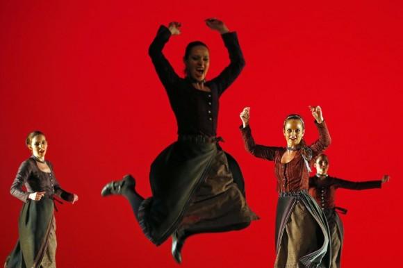Bailarines del Ensamble Folclórico Húngaro practican durante un ensayo general de su nuevo espectáculo, el 26 de abril en Budapest. Foto: REUTERS.