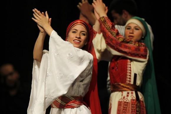 Bailarines palestinos presentan Puerta del Sol, en Aman el 25 de abril. Foto: REUTERS.