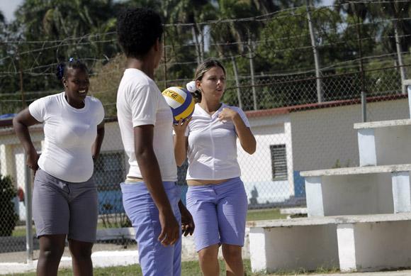 Internas de la Carcel de mujeres de la Habana, jugando Voleibol. Foto: Ismael Francisco/Cubadebate.