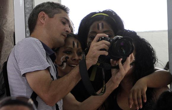 El fotorreportero de Juventud Rebelde Roberto Suarez, le muestra fotografias a internas de la Carcel de mujeres de la Habana. Foto: Ismael Francisco/Cubadebate.