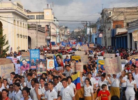 Participan los pinareños en el desfile por el Día Internacional de los Trabajadores, efectuado en la ciudad cabecera de la provincia de Pinar del Río, el 1ro. de mayo de 2013.   AIN FOTO/Abel PADRÓN PADILLA