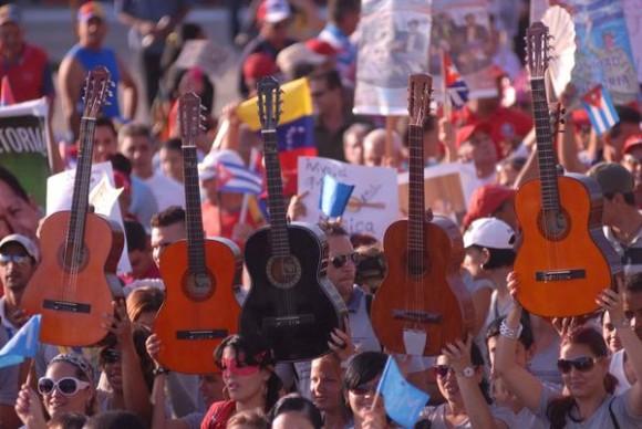 Desfile del Primero de Mayo en la Plaza  Mayor General Serafín Sánchez Valdivia, de la ciudad de Sancti Spíritus, Cuba, el 1ro. de Mayo de 2013. AIN FOTO/Oscar ALFONSO SOSA/