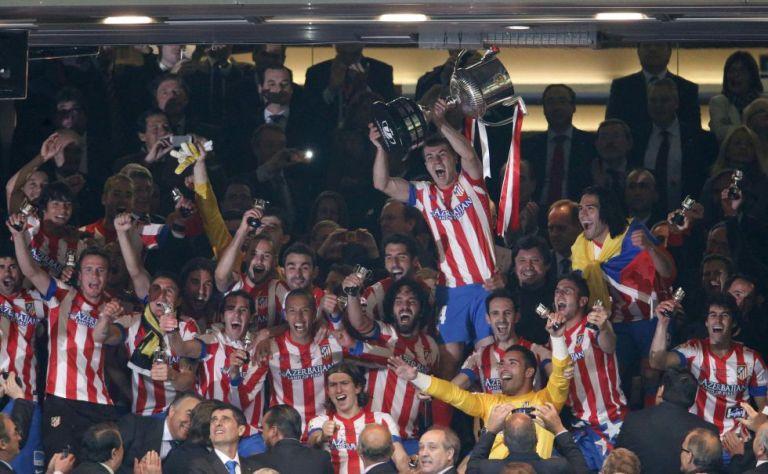 Jugadores del Atlético de Madrid levantan la Copa del Rey. FOTO: EFE