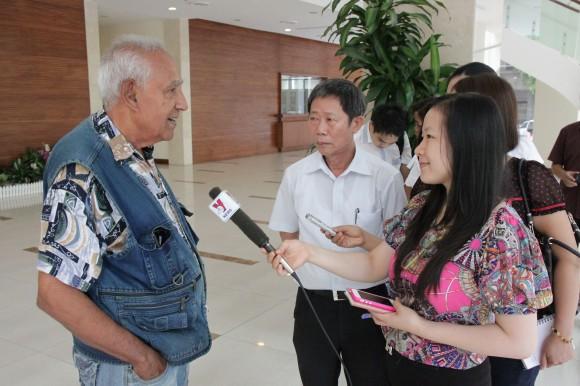 Iván Nápoles, por primera vez frente a las cámaras. Lo entrevistan jóvenes periodistas de la agencia VNA. Foto: Cubadebate