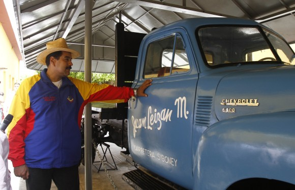 El presidente venezolano Nicolás Maduro junto a uno de los camiones utilizados durante las acciones del Moncada, en el Museo Histórico radicado en el otrora cuartes. Foto: Ismael Francisco/Cubadebate