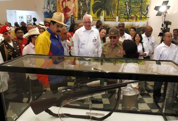 Maduro y Raúl recorriendo el Museo Histórico en el otrora Cuartel Moncada. Foto: Ismael Francisco/Cubadebate