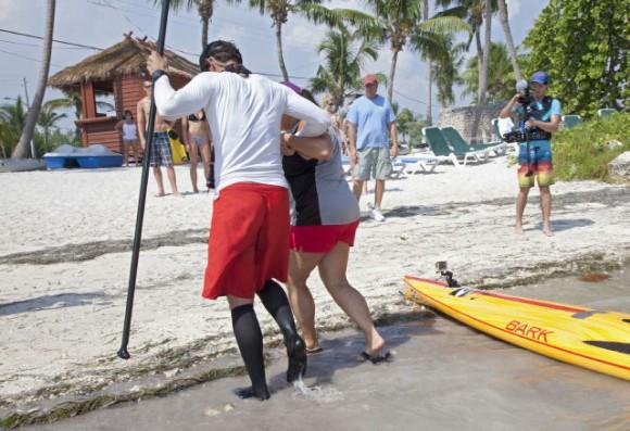 Ben Friberg, a la izquierda, es ayudado por Ruth Holland después de llegar a Key West, Florida. Viernes, 02 de agosto 2013, a raíz de un viaje de 111 kilómetros desde Cuba a través de la Estrecho de la Florida hasta los Cayos de Florida. Carol Tedesco / AP.