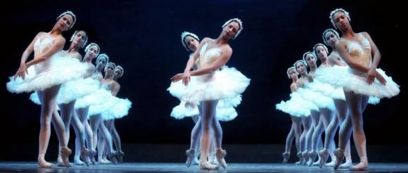 """El dibujo del conjunto de los cisnes blancos fue diseñado para ilustrar la música a la vez que llevar la acción dramática hacia su desenlace fatal. La formación responde al canon del """"acto blanco"""" y a sus simetrías."""