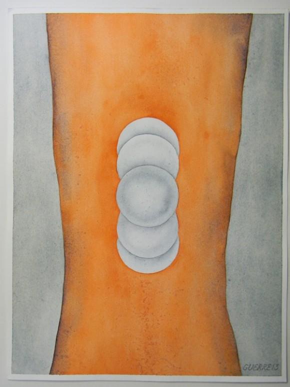 """No.15  LA BOLITA. Esta es una pintura muy sencilla en la que aparece pintado en naranja lo que representa parte de un cuerpo, que sería en este caso el mío, bastante flaco, y en el centro hay cinco bolas superpuestas, que intentan representar una especie de bolitas brincando. Hablar de """"la bolita"""", para mí, es ir a los recuerdos de los momentos más duros que pasé en el """"hueco"""". La combinación de muchos factores, de ese castigo bien diseñado, comenzaron a hacer mella en mi precario estado físico: pérdida visible de peso, sangramiento de las encías, dolores causados por la prematura artritis y problemas digestivos, entre otros. La atención médica era casi nula. Todo se resolvía con un asistente médico que pasaba muy tempranito en la mañana y te indicaba  alguna pastilla que él entendiera calmaría tus dolencias. Tras una larga reclamación, en lugar de llevarme al dentista, vino este a verme en el """"hueco"""". Esposado en una silla, me reconoció y todo lo que hizo fue decirme que mis problemas eran por mi mala limpieza y que bien yo podía coger un hilo de la toalla y usarlo como hilo dental. No exagero con estas historias: me quedo corto y no cuento muchas otras cosas. El estrés, la deficiente alimentación y todo lo demás alteraron mi sistema nervioso, y padecía de un persistente dolor en la boca del estómago, sintiendo que algo me saltaba allí constantemente. Mis hermanos, preocupados, pero intentando que me relajara, inventaron el nombre de """"la bolita"""" a ese padecimiento. Así, muchas veces, cuando podíamos conversar o nos veíamos al bajar a algún asunto a la Corte me preguntaban: ¿Fakir, cómo está la bolita?"""