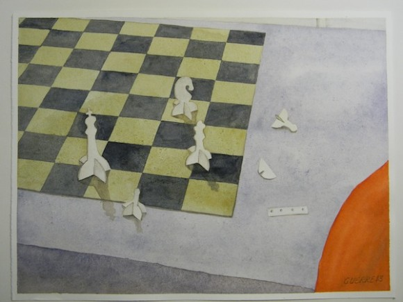 """No. 10   EL AJEDREZ En esta pintura aparece parte de un tablero de ajedrez y sobre este alguna piezas, similares a las de un juego que construyó René. Se puede ver una cuchilla de las que daban para afeitarse y las piezas de cartón picadas.  No puedo precisar cuándo jugamos la primera partida de ajedrez Ramón (que era el que más jugaba de mis hermanos) y yo. Sí recuerdo que cuando estábamos aislados, en solitaria, cada uno, nos gritábamos cada movida a través de la ranura entre la puerta y el marco.  Yo había construido """"un juego de ajedrez"""", picando con la mano pedacitos de cartón del contenedor donde nos daban la leche e identificando cada ficha con una letra. El tablero debió haber sido, simplemente, una hoja de papel con un tablero dibujado. Iba anotando cada movida. Pero sucedía que a mitad de juego se formaba tremendo enredo, por algún """"error"""", y aquello no funcionaba del todo bien. Un buen día René nos dice que tenía un juego de ajedrez """"profesional"""". En efecto, cuando nos pusieron de a dos, en las rotaciones, pudimos ver el juego que había elaborado tan magistralmente."""