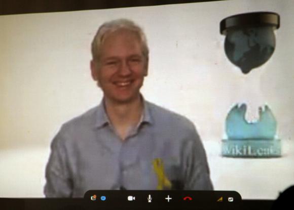 Julian Assange en videoconferencia con La Habana. Foto: Ismael Francisco/Cubadebate