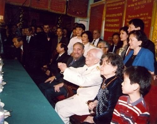 Encuentro con Vo Nguyen Giap, General de Cuatro Estrellas del Ejército de la República Democrática de Viet Nam y héroe de la Batalla Dien Biem Phu, junto a su familia. 22 de febrero de 2003.