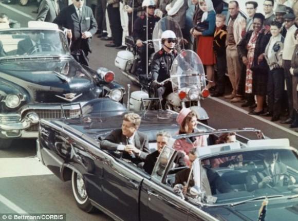 El coche presidencial momentos antes del asesinato del Presidente Kennedy.