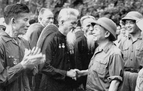 Felicitando a los veteranos milicianos del Distrito Hoang Hoa, que con rifles lograron derribar un avión norteamericano. Parada Militar de 1973
