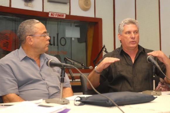 Miguel Díaz-Canel Bermúdez (D), miembro del Buró Político del Partido Comunista de Cuba (PCC) y Primer Vicepresidente de los Consejos de Estado y de Ministros, junto a Luis Antonio Torres Iribar (I), primer secretario del PCC en Holguín, durante el encuentro con periodistas, realizado en el estudio 2 de la emisora provincial Radio Angulo, en el oriente de Cuba, el 2 de noviembre de 2013.  Foto: Juan Pablo Carreras / AIN.