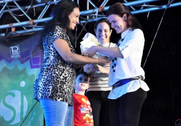 7Entrega el premio Amada Montalvo. Foto. Roberto Garaicoa. Cubadebate.