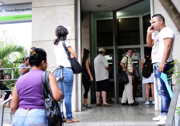 Banco en 23 y J, Vedado. Foto: Ladyrene Pérez/Cubadebate.