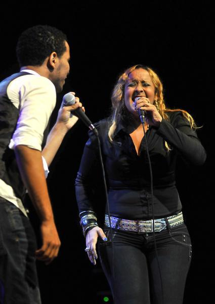 Actuación de Misael (I) e Ibelize (D), voces acompañantes de la cantante dominicana Maridalia Hernández,  durante el concierto clausura del encuentro Voces Populares,  realizado en el  Teatro Nacional, en La Habana, Cuba, el 9 de noviembre de 2013 AIN FOTO/Oriol de la Cruz