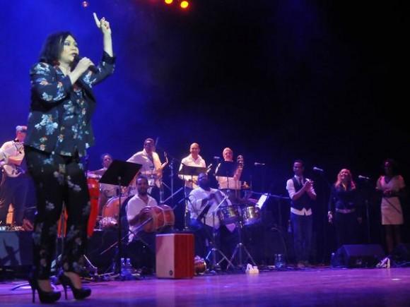 Actuación de la cantante dominicana Maridalia Hernández y su banda acompañante,  durante el concierto clausura del encuentro Voces Populares,  realizado en el  Teatro Nacional, en La Habana, Cuba, el 9 de noviembre de 2013 AIN FOTO/Oriol de la Cruz ATENCIO